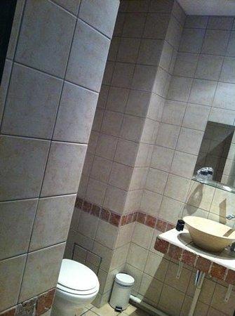 Adonis Marseille Vieux Port:                   salle de bain improvisée