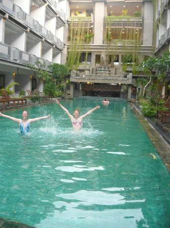 Champlung Mas Hotel: Happy water babes