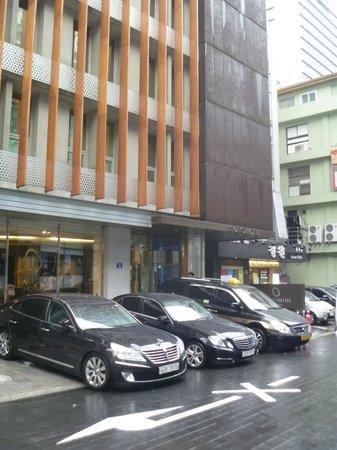 Metro Hotel: Facade
