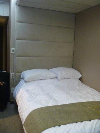 Metro Hotel: Bed