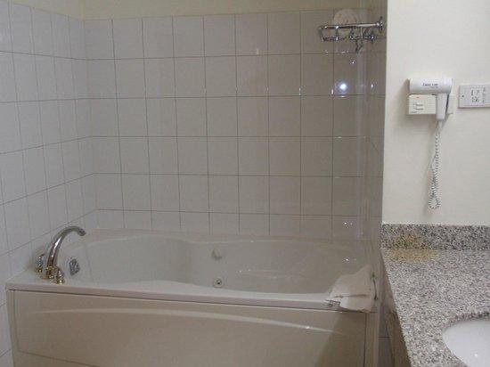Radisson Grenada Beach Resort: Spa Tub in 1 Bedroom Suite