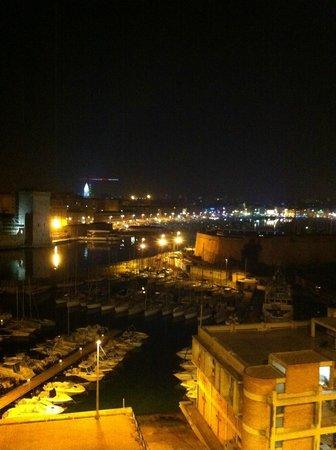 Sofitel Marseille Vieux-Port: vue de nuit de la chambre