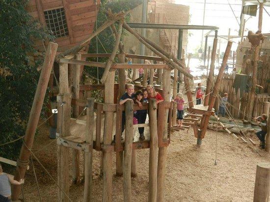 Ouwehands Dierenpark Rhenen:                   De overdekte speeltuin is mooi en een uitkomst bij minder weer