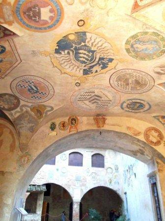 Certaldo: Soffitto decorato di Palazzo Pretorio