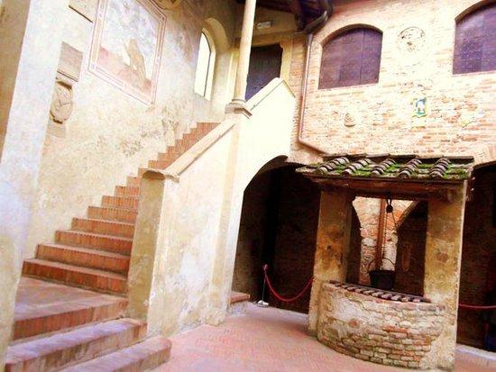Certaldo: atrio interno di Palazzo Pretorio