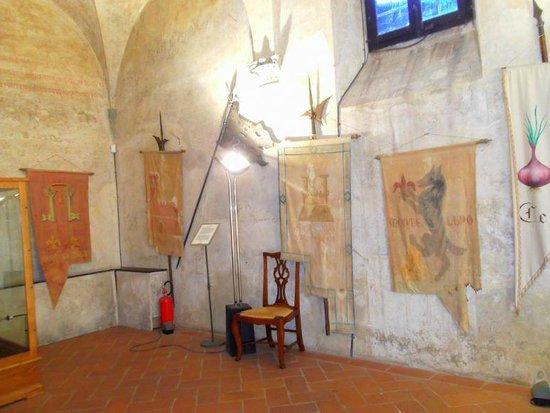 Certaldo: Bandiere e oggetti medievali dentro Palazzo Pretorio