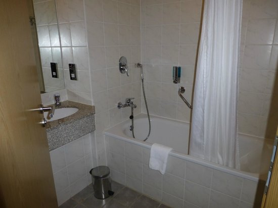 Clayton Hotel Manchester Airport: Room bathroom...