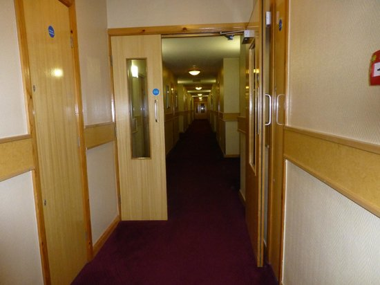 Clayton Hotel Manchester Airport: Corridor leading to our room...