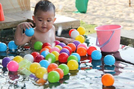Four Seasons Resort Bali at Jimbaran Bay: Balls in the kid's club