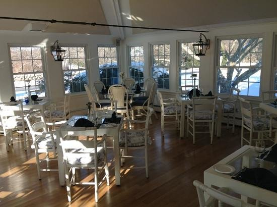‪‪Shelter Harbor Inn‬:                   sunroom dining