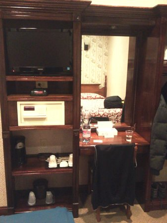 Hotel 17: tv+safe+coffe+etc