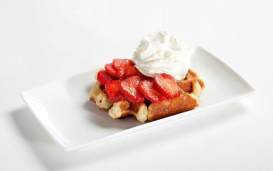 La Fruteria juice bar: Waffle with strawberries and whipped cream