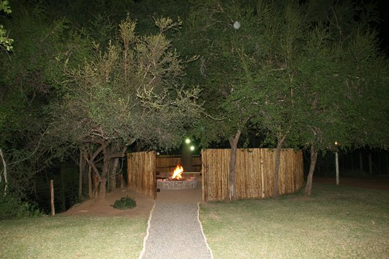 Indlovu River Lodge: Boma at night from unit