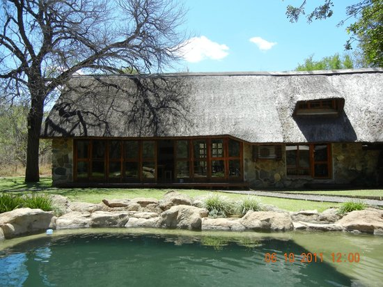 Indlovu River Lodge: view of Kambaku from swimming pool deck