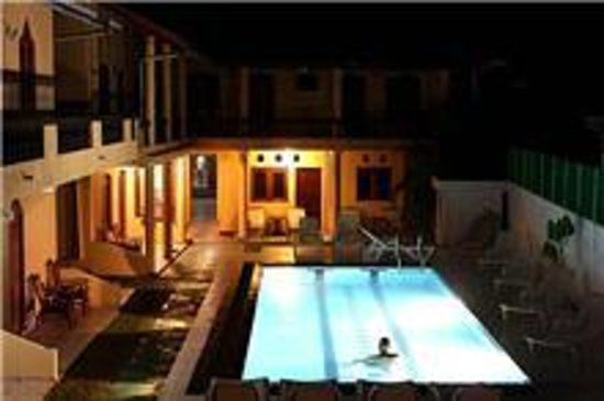 Drifters Hotel and Beach Restaurant: Pool at night