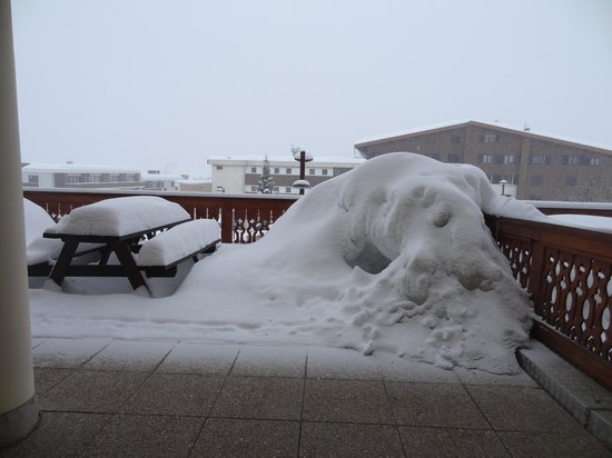 Chalet Hotel les Bruyeres : Our sun terrace was not in use this week! So much snow...