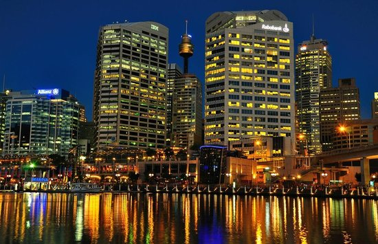 Oaks Goldsbrough Apartments:                   Darling Harbour at night
