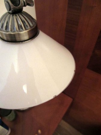 Hotel Casa Marcello: Chipped glass lamp shade.