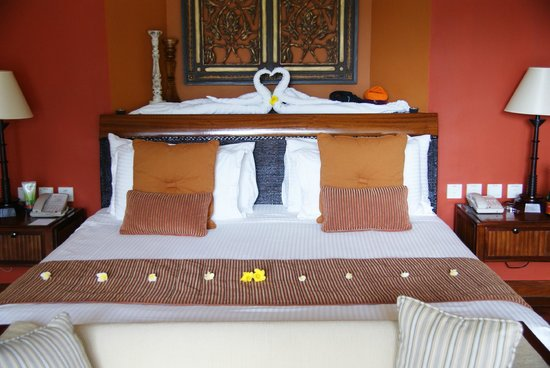 Maradiva Villas Resort and Spa:                   Staff would always leave new extra touches like this time they arranged flower