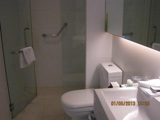 بينينسولا إكسيلسيور هوتل: Clean bathroon with bathtub and shower area. Towels are clean and changed everyday 