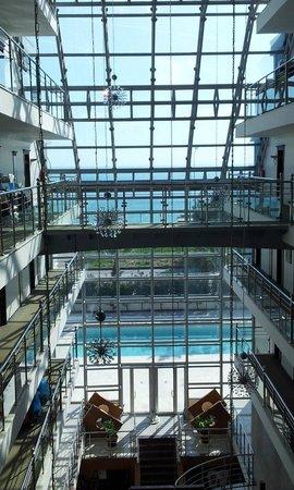Sealife Family Resort:                   Sicht aus dem gläsernen Fahrstuhl über das Foyer zum Meer