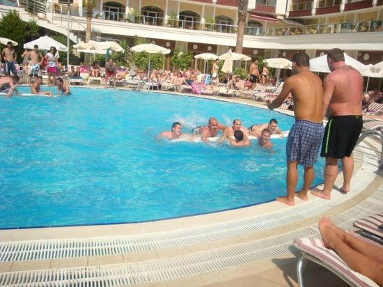 Grand Pasa Hotel: Men's (big kids) activites!! Races and water polo etc! 