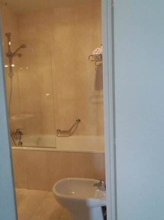 Hotel Quality Reus: Bathroom