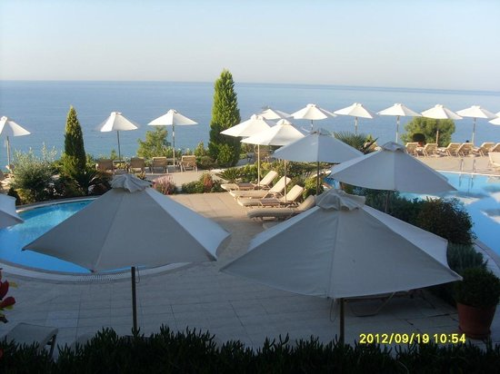 Ikos Oceania:                   pool area