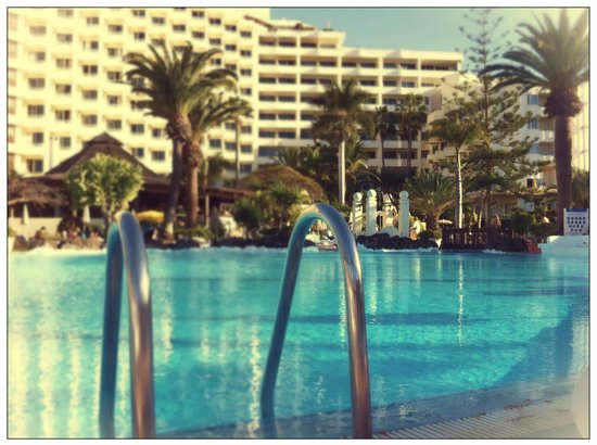 H10 Las Palmeras: The freezin' pool. Sunny afternoon. H10