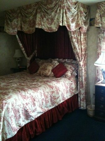 The Red Coach Inn Historic Bed and Breakfast Hotel:                   Very comfortable beds!