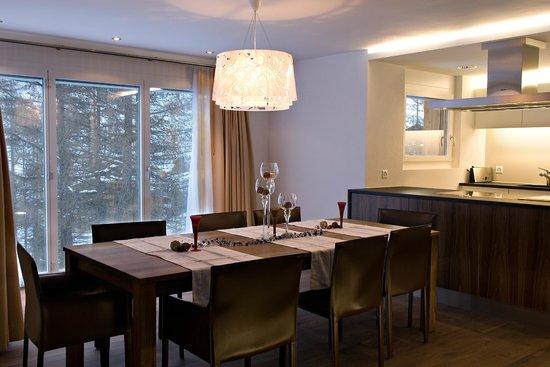 Amber Apartments: Esstisch offene Küche