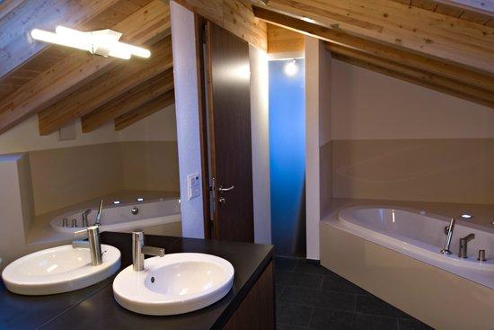 Amber Apartments : Main Bathroom