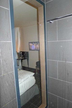 Moevenpick Hotel Stuttgart Airport & Messe:                                     Von der Dusche aus, hat man Fernsehen können.