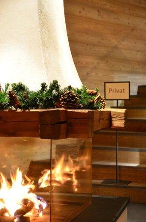 """Hotel Chalet Gerard: Kamin im Eingangsbereich - """"Privat"""" gilt für die Hotelgäste"""