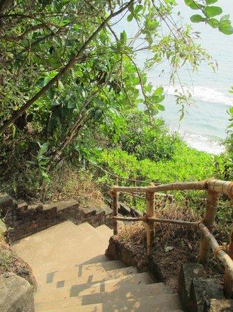 Varkala Beach:                   Treppen zum Strand am Südkliff