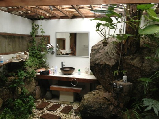 la Cigale:                   tropical bathroom