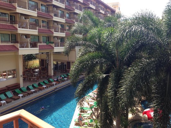 Baumanburi Hotel:                   View of the pool