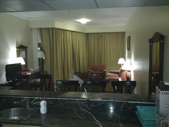 Ezdan Hotel:                   Wohnzimmer, von der Küche aus gesehen