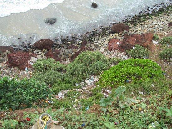 Varkala Beach:                   Müll in den Klippen zum Hauptstrand
