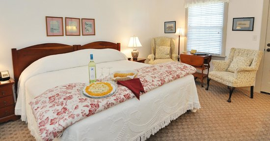 First Colony Inn: Room with Wine and Cheese Tray