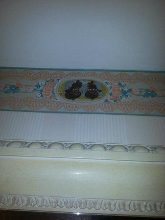 Disneyland Hotel: Les fresques dans la sdb avec motifs Disney
