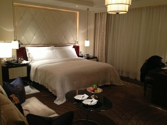 The Peninsula Shanghai: Nice spacious room