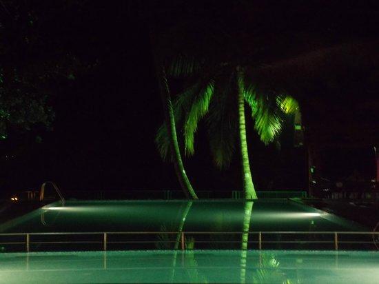 Abad Whispering Palms Lake Resort: Pool at night
