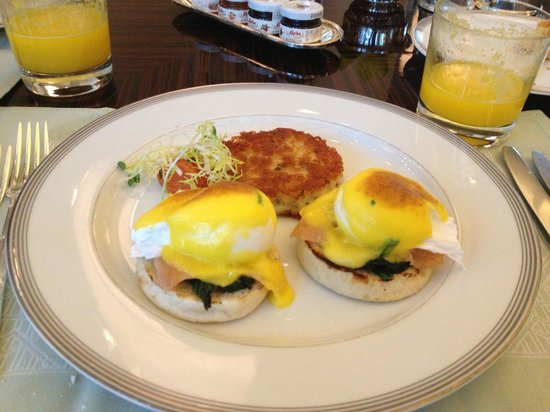 The Peninsula Shanghai: Eggs Benedict for breakfast (only thing was, there was a bit of sand in the spinach)