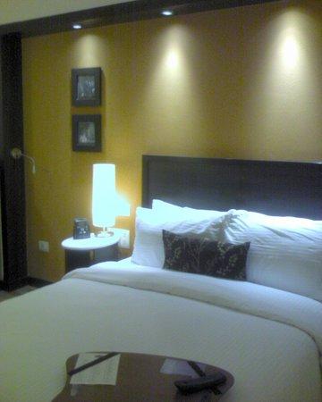 Hampton by Hilton Vadodara-Alkapuri: Bed