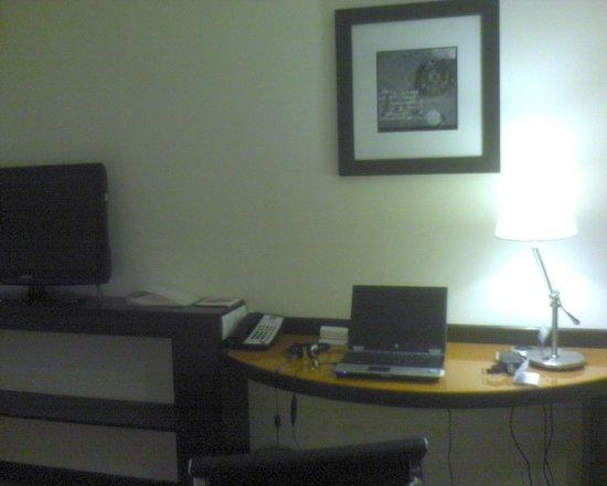 Hampton by Hilton Vadodara-Alkapuri: Writing desk