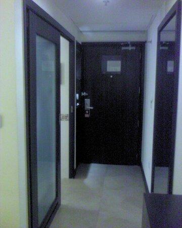 Hampton by Hilton Vadodara-Alkapuri: Inside room