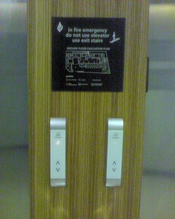 Hampton by Hilton Vadodara-Alkapuri: Lift (touch sensor call button)