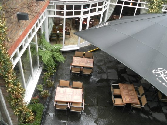 Clayton Hotel Ballsbridge:                   Outdoor eating area