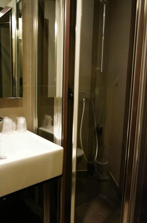 อาร์ต โฮเต็ล บาติยอล: Art Hotel Batignolles Shower